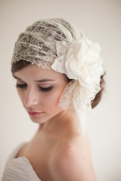 Novia con casquete vintage a modo de velo. Vía Pinterest.