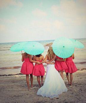 Emotiva instantánea de la novia y sus amigas. Vía Pinterest.