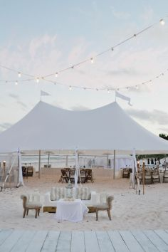Carpa en la playa para celebrar el banquete de boda. Vía Pinterest.