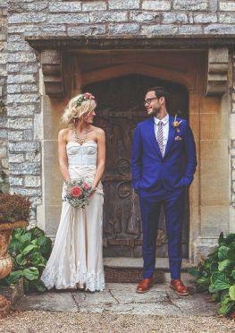 Pareja de novios complementados con las flores como protagonistas del look. Vía Pinterest.