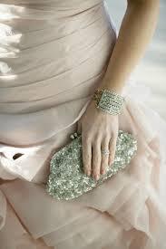 Bolso de pedrería para las novias mas elegantes y glamurosas. Vía Pinterest.