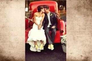 Pareja de recién casados con zapatillas converse amarillas. Visto aquí.
