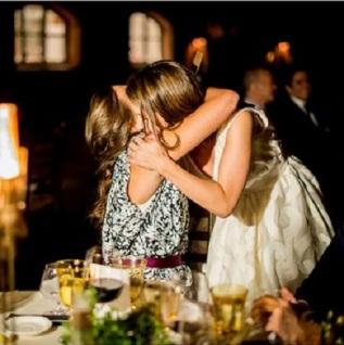 Abrazo emotivo de la novia y su mejor amiga. Vía Pinterest.