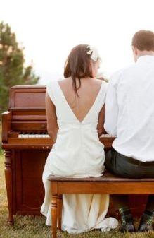 Pareja de recién casados tocando el piano en directo. Vía Pinterest.