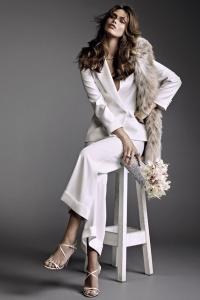 Espectacular traje de novia blanco con estola de pelo. Visto aquí