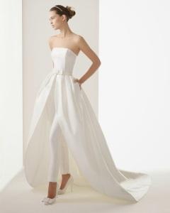 Favorecedor traje de novia con falda y pantalón debajo. Visto aquí.