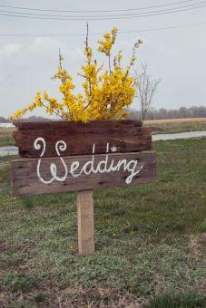 Original indicación de madera del lugar donde se celebra la boda. Vía Pinterest.