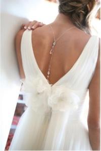 Original idea par tu look de novia: collar de espalda. Vía Pinterest.