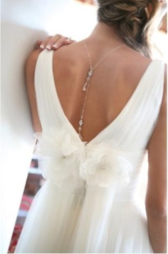 Original idea par tu look de novia: collar de espalda. Vía Pinterest.