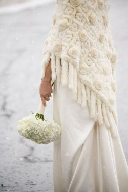 Novia con mantón para una boda gélida. Vía Pinterest.
