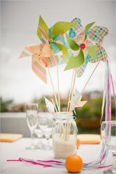 Decoración temática sobre la mesa con toques infantiles. Vía Pinterest.