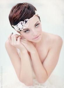 Novia con pelo estilo pixie con banda en la cabeza. Vía Pinterest.