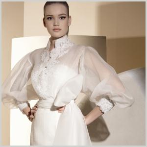 Blusa de novia Innovias con mangas transparentes abullonadas.