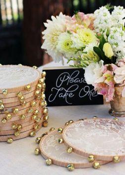 Panderetas de encaje y cascabeles para regalar a los invitados de boda. Vía Pinterest.