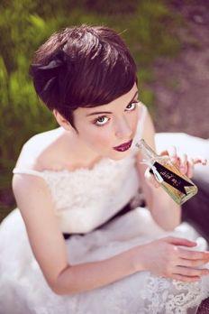 Original novia con el pelo garçon y sin complementos. Vía Pinterest.