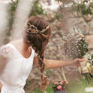 Espectacular trenza de novia con tiara adornando el peinado. Vía Pinterest.