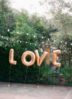 Globos gigantes para decorar bodas. Vía Pinterest.