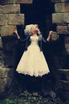 Rompedora novia vestida de corto, con hupa de cuero y velo corto. Vía Pinterest.