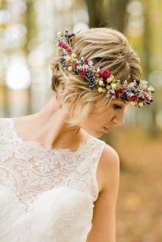 Novia de pelo corto con llamativa corona de flores. Vía Pinterest.