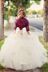 Original novia con vestido voluminoso y chaqueta de cuadros. Vía Pinterest.