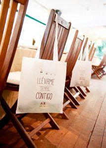 Tote bag con mensaje pintado a mano para las invitadas. Vía Pinterest.