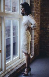 Vestido blanco de encaje para una futura novia radiante. Vía Pinterest.