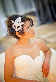 Guapísima novia con el pelo corto y ondulado y tocado a juego. Vía Pinterest.