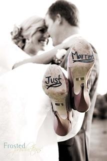 Simpática estampa de una pareja recién casa y los zapatos de la novia. Vía Pinterest.