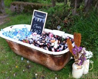Boda rústica con una bañera antigua a modo de arcón con bebida para los invitados. Vía Pinterest.