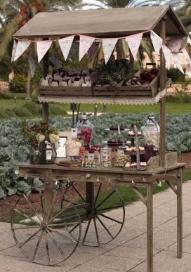 Candy bar rústico sobre carro vintage con dulces y frutas. Vía Pinterest.