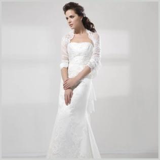 Vestido Sirena Fashion de Innovias confeccionado en encaje rebrodé con corte recto y escote palabra de honor y bolero de quita y pon.