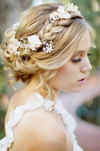 novia romntica con recogido bajo con trenzas y accesorios de flores para adornar el recogido