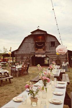 Boda en un granja antigua con mesas y sillas vintage. Vía Pinterest.