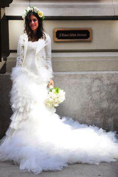 Novia rebelde con cazadora blanca y corona de flores. ¡Mezcla estilos! Vía Pinterest.
