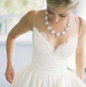 Gran collar brillante para una novia con pronunciado escote. Vía Pinterest.