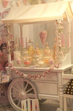 Romántico y delicado Candy bar en tonos pastel compuesto de golosinas. Vía Pinterest.