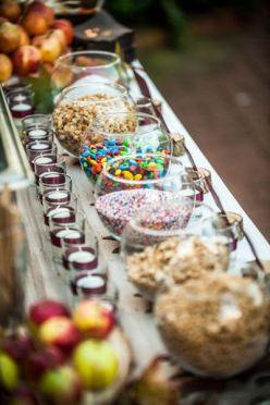 Candy bar de picoteo con peceras llenas de dulces. Vía Pinterest.