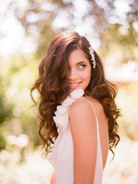 Novia con espectacular melena suelta con ondas suaves. Vía Pinterest.