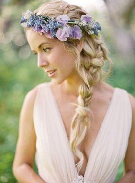 Trenza ladeada despeinada combinada con corona de flores en tonos lila. Vía Pinterest.