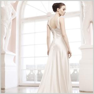 Vestido de novia Sabina de Innovias confeccionado en satén de seda con espectacular caida recta y cola ovalada.
