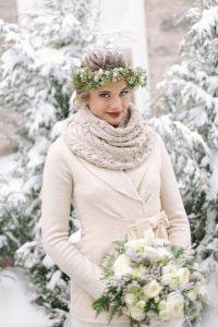 Novia abrigada en mitad de la nieve. Vía Pinterest.