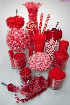 Vistosa mesa de dulces con golosinas rojas y blancas. Vía Pinterest.