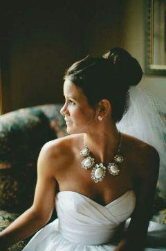 Collar de grandes piedras sobre escote corazón. Perfecto para las novias más románticas. Vía Pinterest.