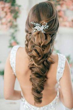 Elaborada trenza de novia para una melena larga y llena de volumen. Vía Pinterest.