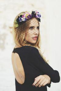Look de novia para el día de su pedida, con corona de flores y sencillo vestido negro con escote en la espalda. Vía Pinterest.