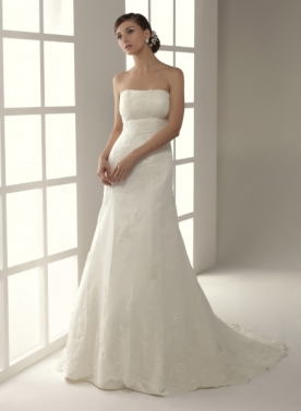 Vestido de Innovias modelo Abadía de encaje francés con corte tubo y escote strapless palabra de honor.