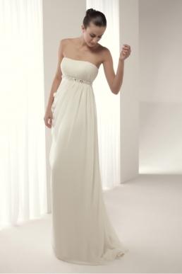 Traje de novia Almanzor Innovias estilo griego con falda de gasa. Escote palabra de honor drapeado con adorno de pedrería y corte imperio.