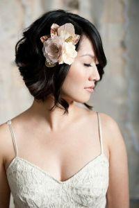 Novia vintage con melena bob y flor en la cabeza. Vía Pinterest.