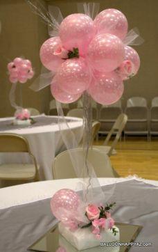 Centro de mesa decorado con globos para una boda divertida y diferente. Vía Pinterest.