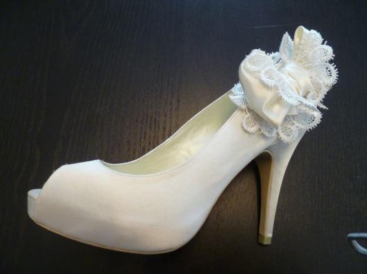 Zapato de novia Menbur tipo Peep toe en color ivory con lazo 45 euros.